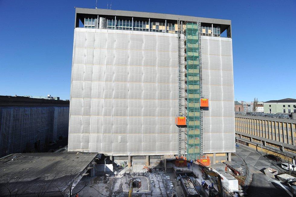Krateret etter bombeeksplosjonen 22. juli ligger som et åpent sår utenfor høyblokka i regjeringskvartalet i Oslo sentrum. (Foto: Vidar Ruud, ANB)