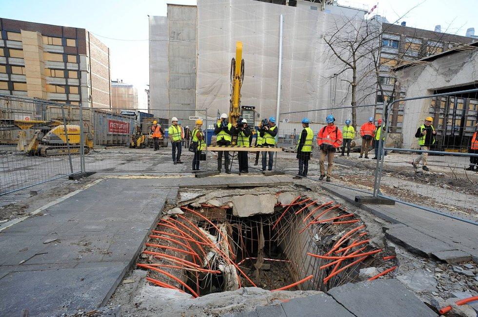 Statsbygg viste fram krateret etter etter bomben i regjeringskvartalet 22.7. (Foto: Vidar Ruud, ANB)
