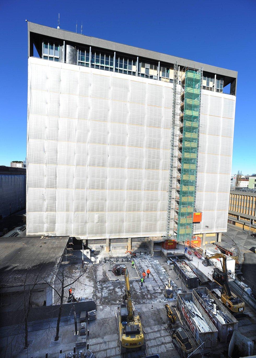 Foran høyblokka ser man det to etasjer dype krateret etter den 950 kilos tunge bomben til Anders Behring Breivik. (Foto: Vidar Ruud, ANB)