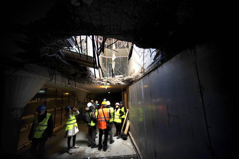 Mandag formiddag var pressen invitert på berfaring for å ta de siste historiske bildene av det to etasjer dype krateret. (Foto: Vidar Ruud, ANB)
