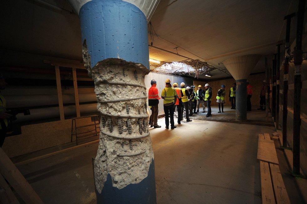 Mandag startet arbeidet med å tette krateret der bomben i regjeringskvartalet ble utløst 22. juli. Her er en av bæresøylene i kjelleren som fikk betydelige skader i eksplosjonen. (Foto: Vidar Ruud, ANB)