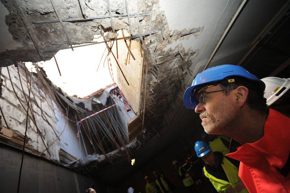 Prosjektleder Ragnar Bovim ser opp i krateret i regjeringskvartalet. (Foto: Vidar Ruud, ANB)
