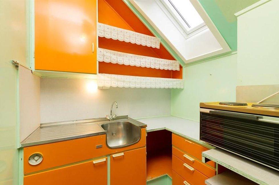 Kjøkkenet er i likhet med resten av leiligheten malt i glade farger.  (Foto:  Proaktiv Eiendomsmegling)