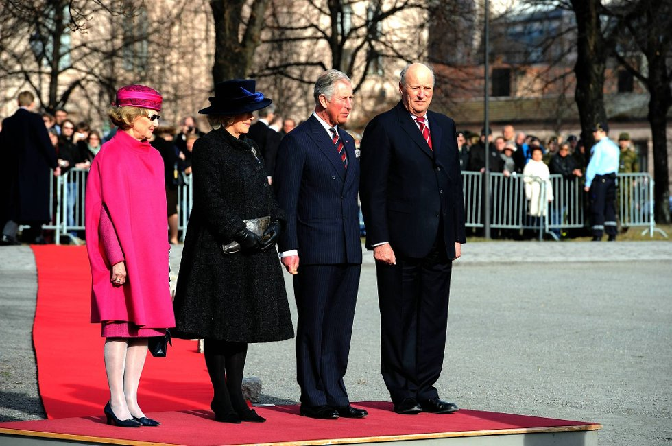Dronning Sonja, Camilla Parker Bowles, prins Charles og kong Harald på Akershus festtning tirsdag ettermiddag.