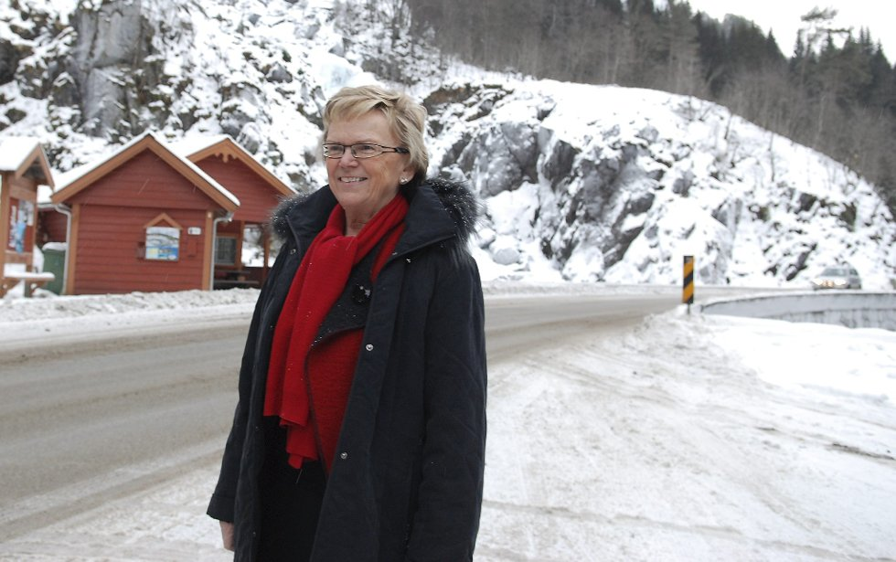 Samferdselsminister Magnhild Meltveit Kleppa har besøkt Odda før. her er hun avbildet ved Låtefoss desember 2010. Den gang roste hun Oddapakken.