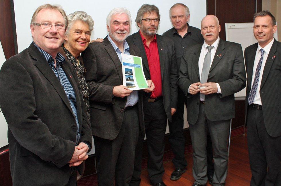 Herøy-rådmann Roy Skogsholm (nummer tre fra venstre) har ledet arbeidet med å utrede samarbeidsprosjektet Helgeland Havn IKS. Her er han flankert av ordførerne i seks deltakerkommuner. Fra venstre: Arnt Frode Jensen, Herøy; Anne Sofie Sand Mathisen, Dønna; Olav Terje Hoff, Rødøy; Magnar Johnsen, Leirfjord, Jann-Arne Løvdahl, Vefsn, og Bård Anders Langø, Alstahaug. Træna-ordfører Per Pedersen var ikke tilstede under presentasjonen i Sandnessjøen fredag.