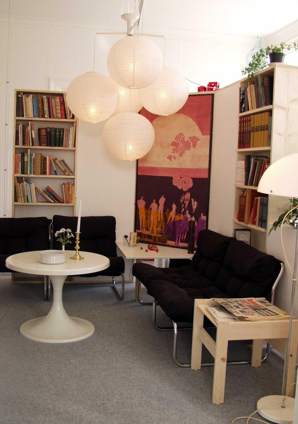 Leiligheten har en del hvite flater, og skiller seg dermed helt fra leiligheten i Øyjordsveien. Så er den også innredet noen år senere.  (Foto: Norsk Folkemuseum)