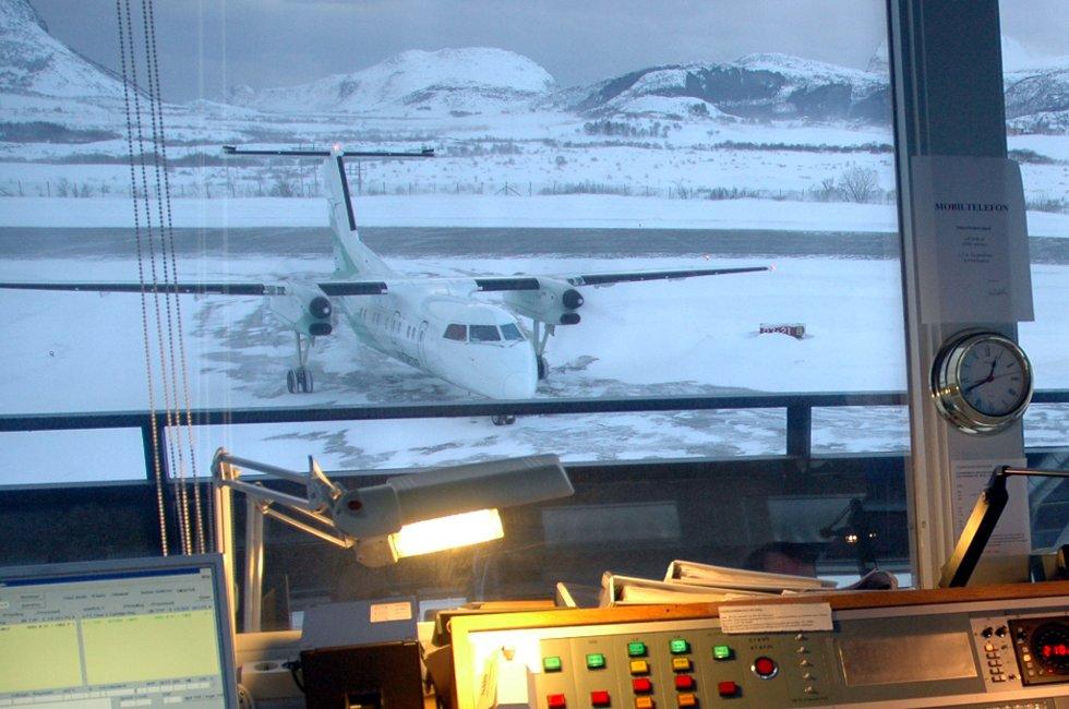 Widerøe-fly takser inn til Leknes Lufthavn. Utsikt fra tårnet.