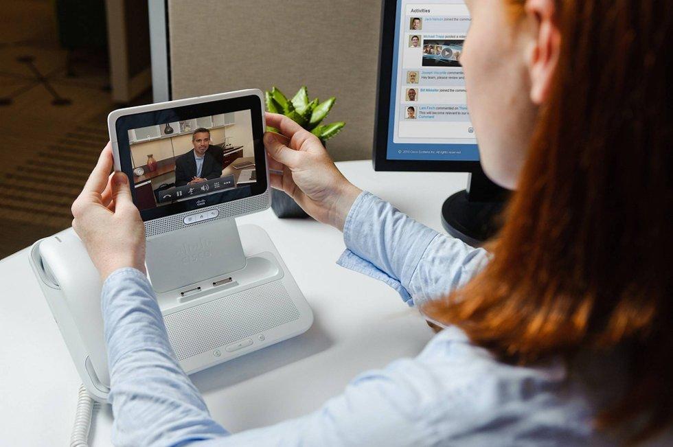 Jobber man hjemmefra, slik mange ønsker, er det likevel enkelt å holde kontakten med arbeidsplassen og sjefen.