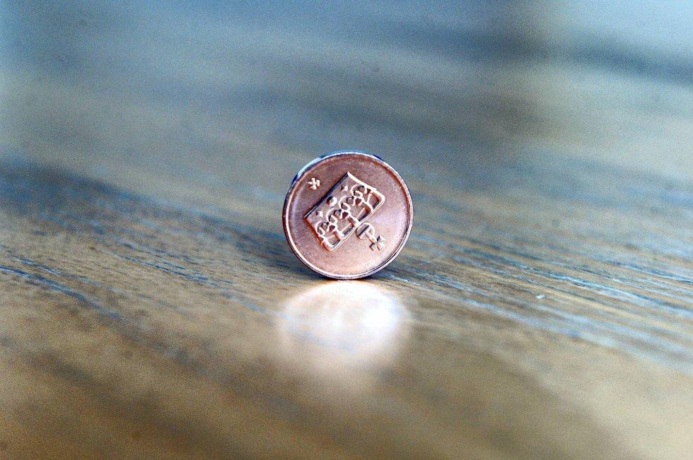 Litt tungvint for mottaker, kanskje, men fullt lovlig betalingsmiddel  inntil videre: 1. mai 2012 opphører 50-øringen som tvungent betalingsmiddel.