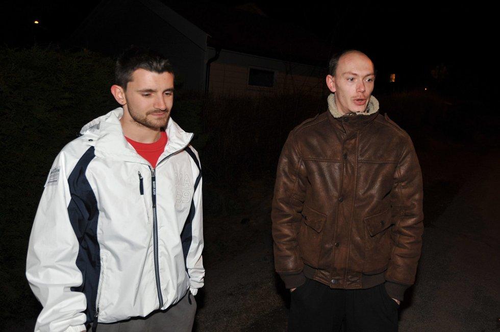 NABOER: Raymond Haugerud (t.v) og Tony Eriksen synes det er skremmende med så mye politi i nabolaget.