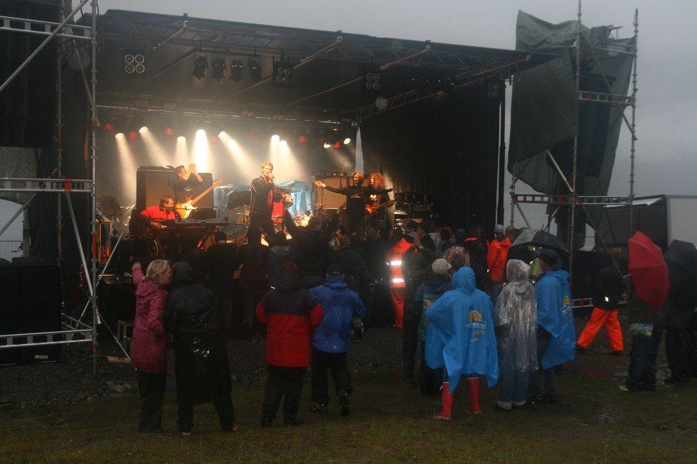 SKREDROCK 2009. Bandet James Grieve forsterket med søsknene Bente og Per Ragnar Raaen på skredscena.