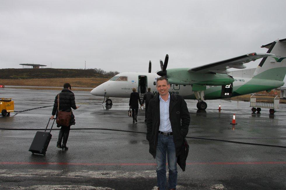 Reisende i meter: Bård Anders Langø foran DHC-8 -maskinen som skal ta ham et stykke av veien til Oslo for å skaffe Stokka noen meter rullebane til. Bård Anders Langø foran DHC-8 -maskinen som skal ta ham et stykke av veien til Oslo, hvor han skal prøve å skaffe Stokka noen meter til med rullebane. (Foto: Trine M. Albrigtsen)