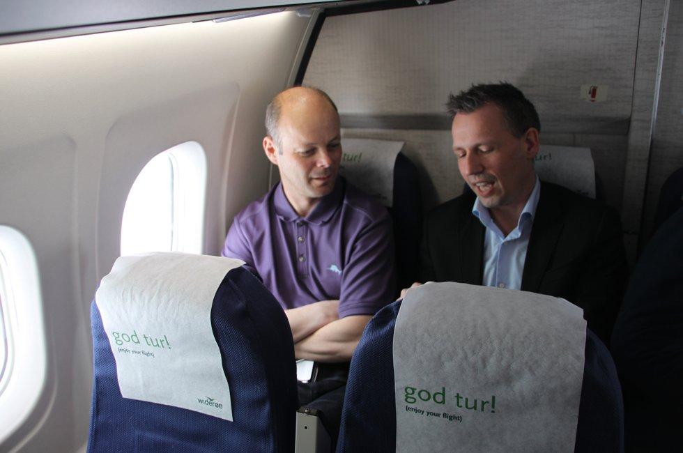 På bakerste benk: Stig-Gøran Olsen og Bård Anders Langø er på tur til Oslo for å møte Avinor. Målet er at Widerøes DHC-8 skal få konkurranse av større fly på Stokka.  (Foto: Trine M. Albrigtsen)