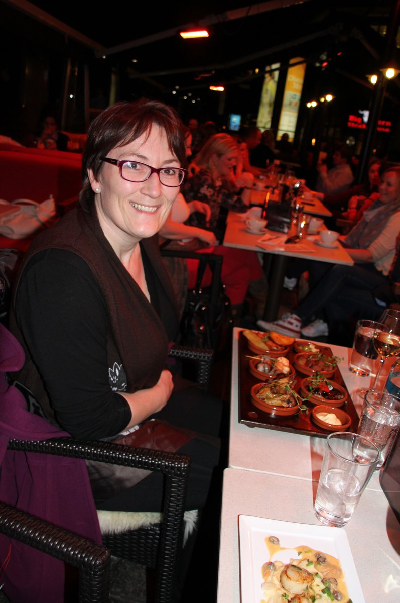 Mat må man ha: Hanne Nora Nilssen har bestilt tapas på et av de mange uteserveringsstedene på Aker brygge.  (Foto: Trine M. Albrigtsen)
