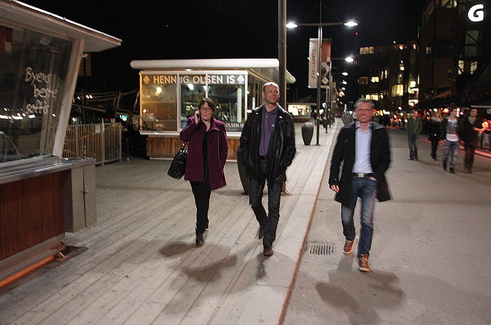Hanne Nora Nilssen, Stig-Gøran Olsen og Bård Anders Langø spaserer på Aker brygge (Foto: Trine M. Albrigtsen)