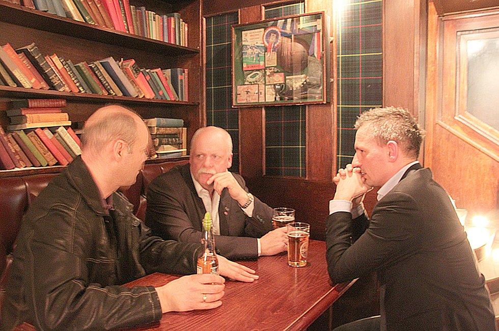 På Scotsman: Stig-Gøran Olsen, Jann-Arne Løvdahl og Bård Anders Langø legger slagplan for møtet med Avinor. (Foto: Trine M. Albrigtsen)