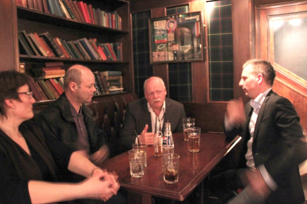 På Scotsman: Hanne Nora Nilssen (f.v.), Stig-Gøran Olsen, Jann-Arne Løvdahl og Bård Anders Langø legger slagplan for møtet med Avinor.  (Foto: Trine M. Albrigtsen)