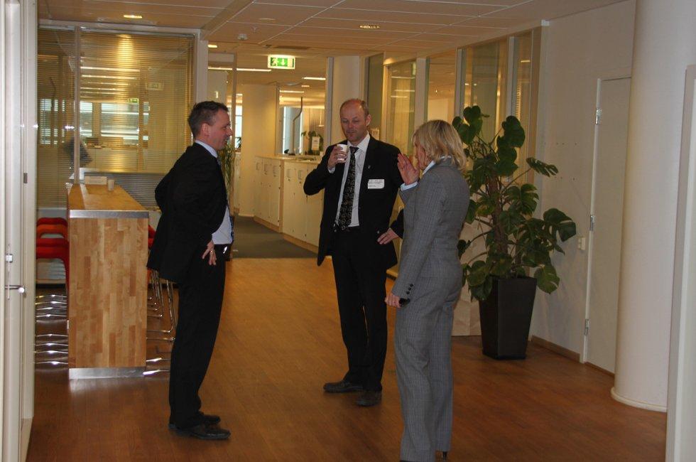 Bård Anders Langø og Strig-Gøran Olsen i samtale med Margrethe Snekkerbakken, direktør for lokale og regionale lufthavner. (Foto: Trine M. Albrigtsen)