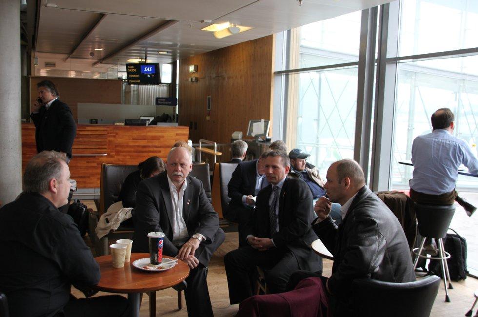 På heimtur: Bjørn Larsen (f.v.) i flyplassutvalget i Vefsn og ordfører Jann-Arne Løvdahl har sluttet seg til ordfører Bård Anders Langø og næringssjef Stig-Gøran Olsen på Gardermoen. De rakk et tidligere fly enn planlagt, da Kjærstad-møtet i Samferdselsdepartementet ble avlyst.  (Foto: Trine M. Albrigtsen)