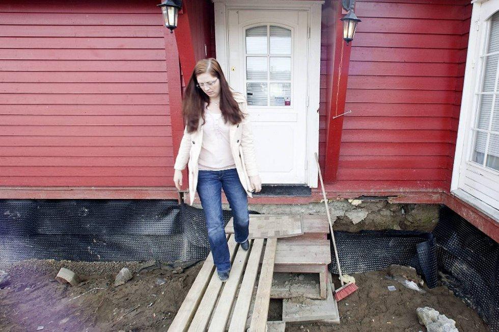 Samboerparet Jane Birkevold og Stein Thomas Hustad, som kjøpte en eldre enebolig i 2010. Kort tid etter oppdaget de at deler av grunnmuren var i ferd med å smuldre bort.