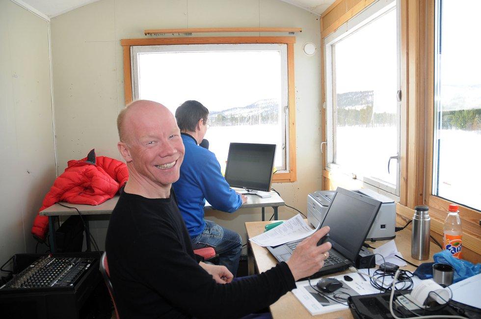 Magne Svineng (foran) og Thoralf Balto (med ryggen til) er trofaste på plass i speakerbua under Karasjokrennet.