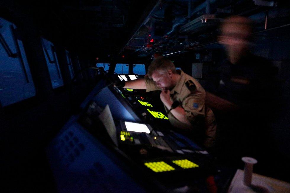 Kveldsvakten på broen til KNM Fridtjof Nansen. Den norske fregatten kommuniserer med handelsskip i området og har fått mange hyggelige tilbakemeldinger om at handelsfartøyene setter pris på styrkens tilstedeværelse.