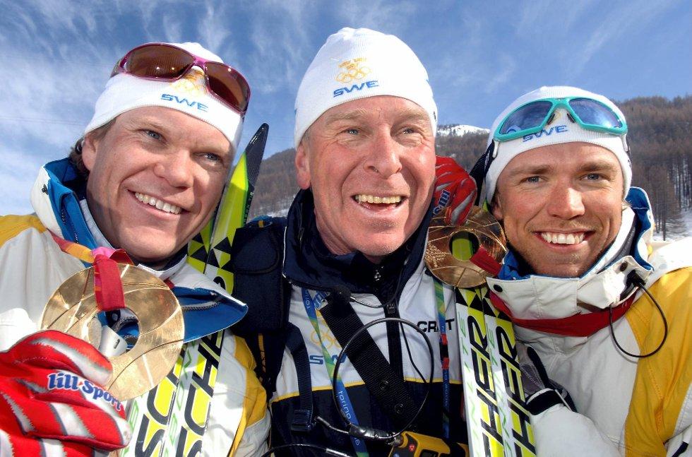 Bråten jubler sammen med Tobias Fredriksson og Björn Lind etter gullet på sprintstafetten i Torino i 2006.