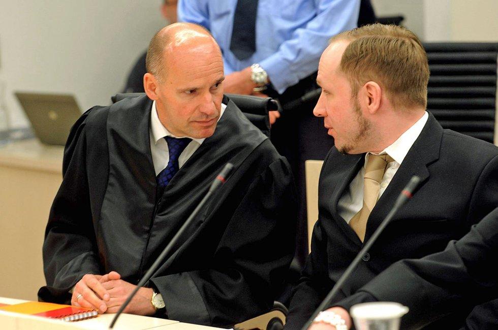 Forsvarer Geir Lippestad med terrortiltalte Anders Behring Breivik i Oslo tingrett.