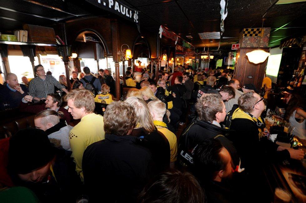 MARTINS: VIF kommer til Åråsen i dag, og kanarifansen har samlet seg på Martins for forberedelser. (Foto: Vidar Sandnes                   )