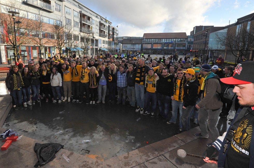 TORVET: Kanarifansen har samlet seg før avmarsjen til Åråsen Stadion. (Foto: Vidar Sandnes                   )