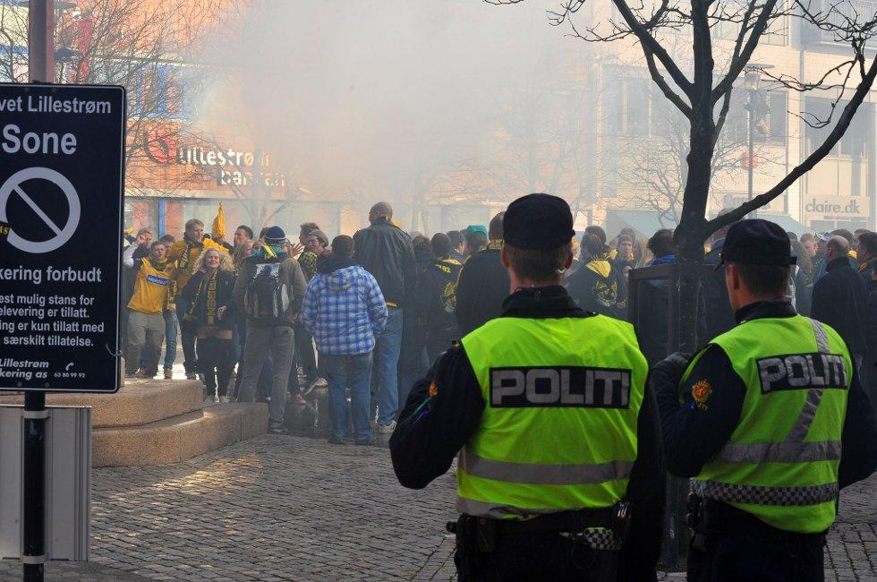 POLITIET: Fyrverkeri og fest er ok, men drikking offentlig vil ikke tolereres. (Foto: Vidar Sandnes                   )