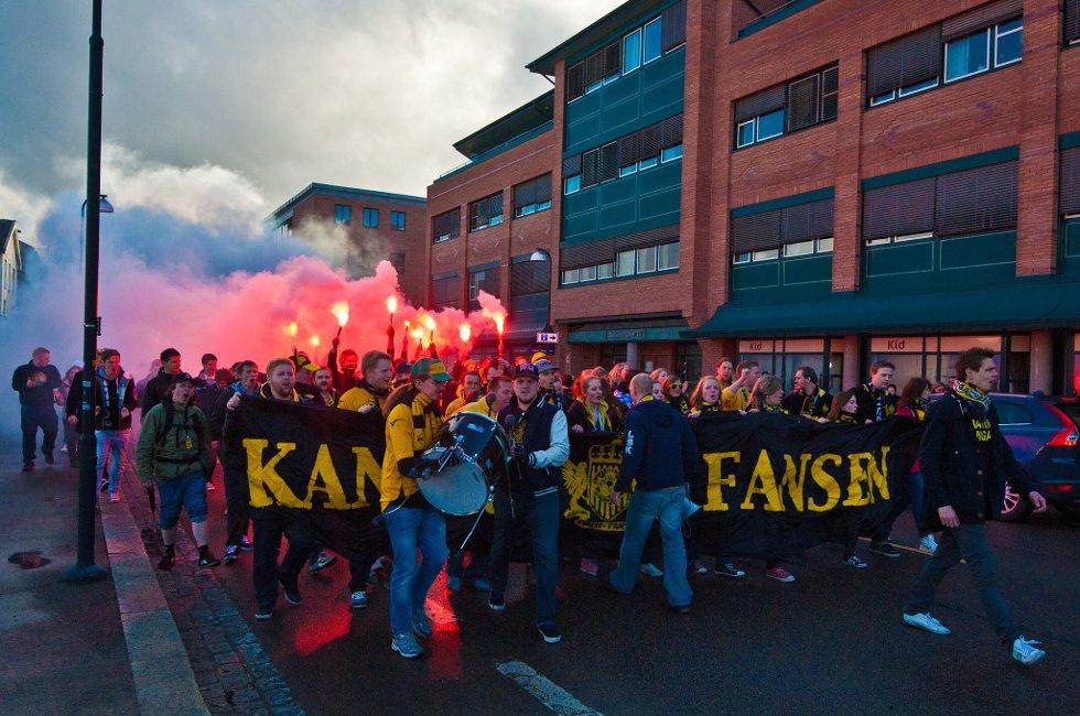 SOLHEIMSGATA:  Full fres før kampen. (Foto: Vidar Sandnes)