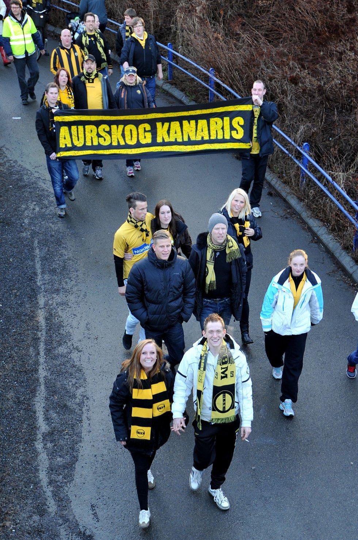 AURSKOG KANARIS: Kanarifans fra hele Romerike. (Foto: Vidar Sandnes                   )