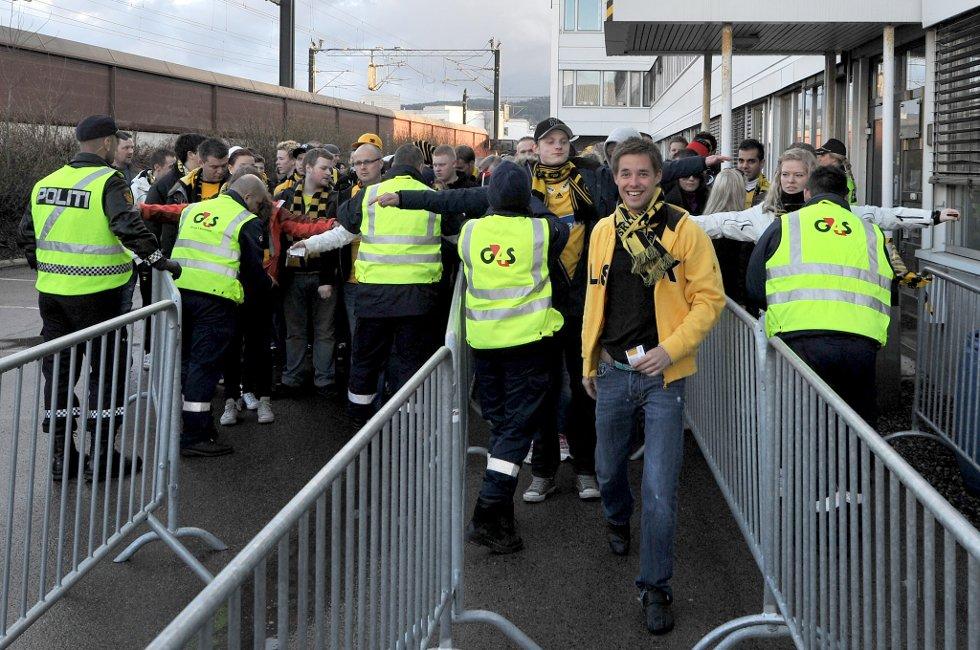 KONTROLL: Endelig er gjengen fremme ved portene til stadion, og nå vil festen fortsette inne på tribunen. (Foto: Vidar Sandnes                   )