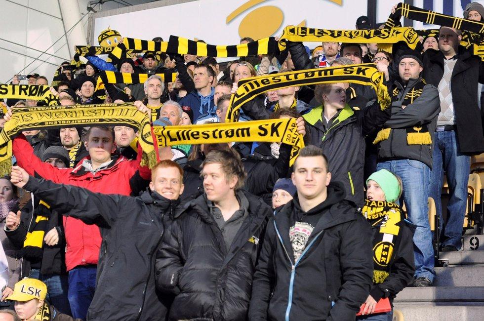 TRIBUNEN: Skjerfene løftes overalt hvor det er gult og svart. (Foto: Vidar Sandnes                   )