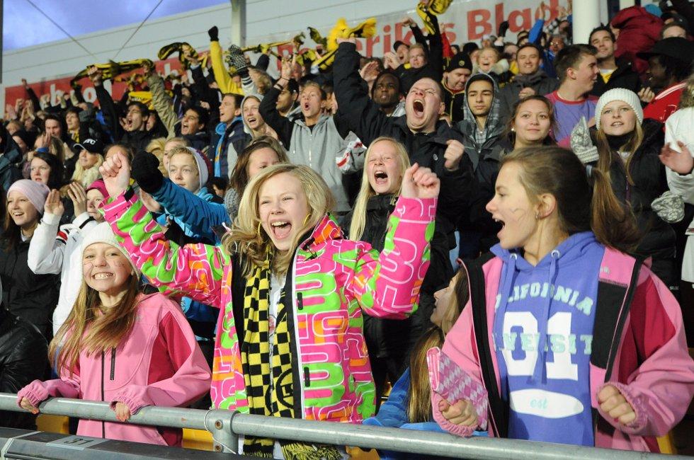SCORING OG JUBEL: Emilie Uller Aarmo, Martine Karlstad og Bethina Lauritsen. (Foto: Vidar Sandnes                   )