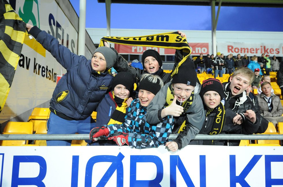 LIVLIG GJENG: Gjengen fra Vigernes holder bra med liv under kampen. (Foto: Vidar Sandnes                   )