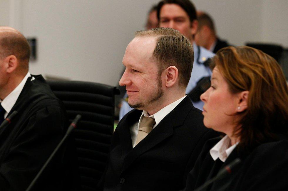 Anders Behring Breivik er på plass i retten. Tirsdag skal han starte sin forklaring.