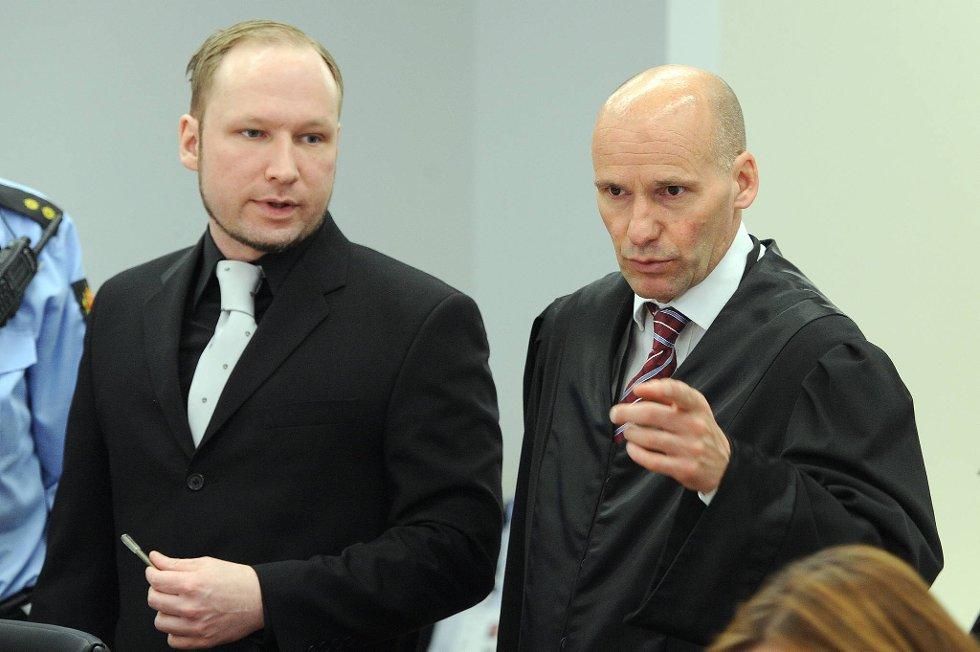 Anders Behring Breivik i retten fredag. Her sammen med forsvarer Geir Lippestad.