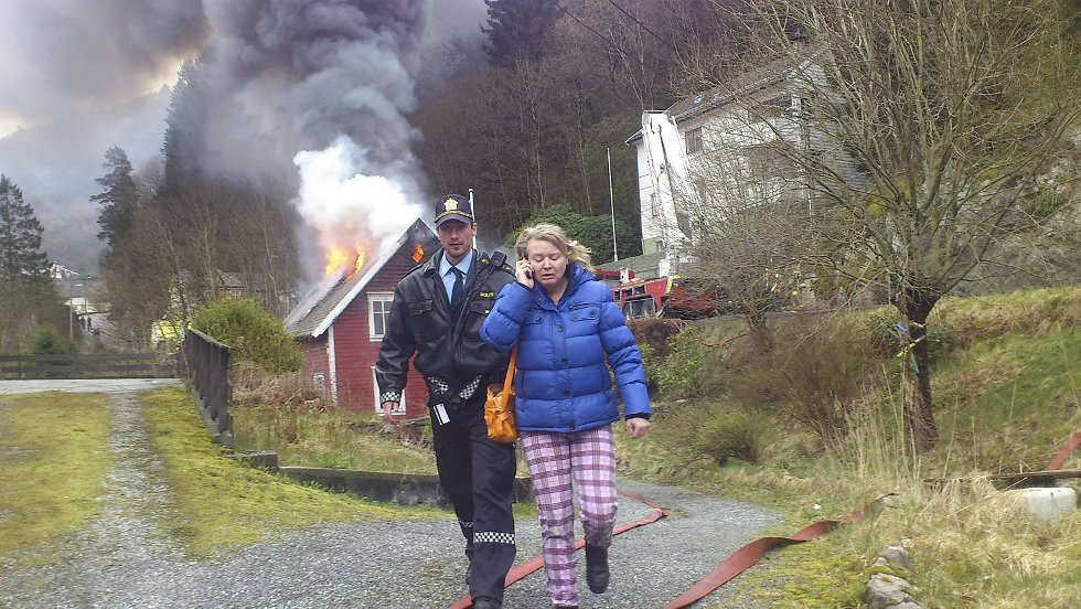 Her blir en av beboerne hjulpet etter brannen i Tellevikvegen.