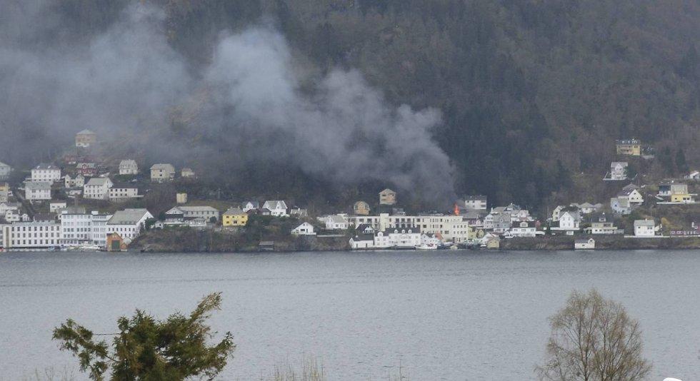 Et hus står i full fyr i Telleviksvegen i Åsane.