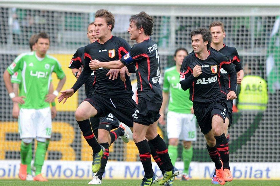 Augsburg klarte 1-1 mot Schalke, og er på vei mot ny kontrakt. Her fra en tidligere kamp mot Wolfsburg.