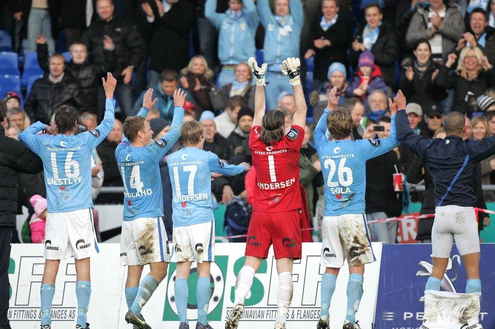 Sandnes Ulf feirer med sine supportere etter deres første seier i Tippeligaen.
