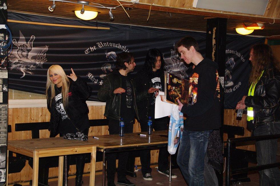 Doro Pesch stilte villig opp til signering og bildetaking etter konserten.