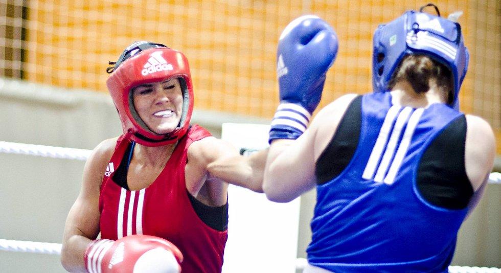 Her vinner Fam Elgan NM-finalen mot Kristin Tveit i februar i år. Boksepresidenten mener nå OL bør være et naturlig mål for bergensjenten.