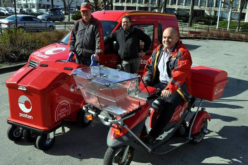 Petter Gjersvold (til venstre), Øyvind Lysø og Kjetil Løbersli i Posten viser frem de nye, elektriske kjøretøyene som skal brukes til postlevering.
