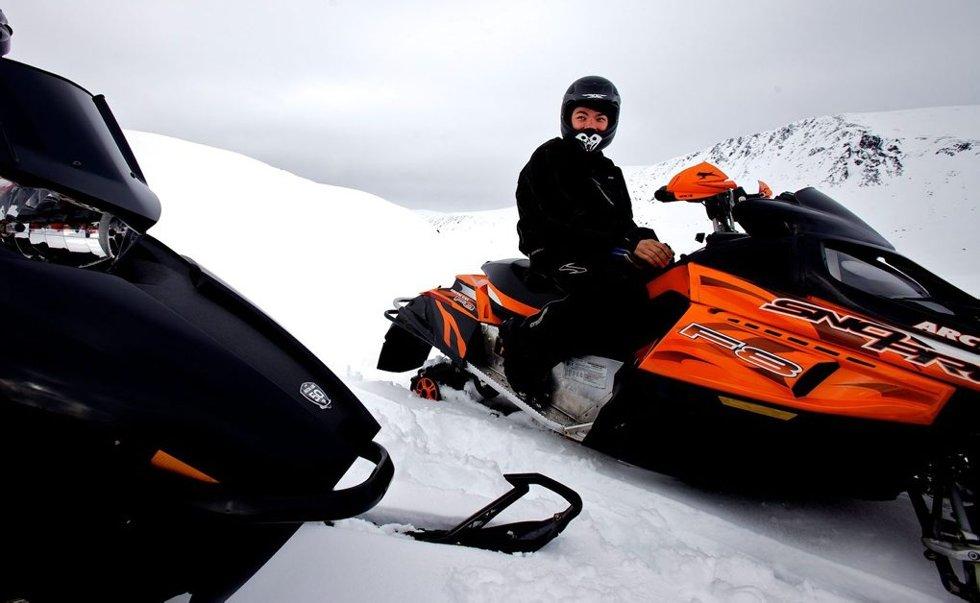 PÅ TUR: Stefan Lunde var på fisketur med kompiser mandag formiddag. Han mener noen fjellområder burde vært satt av til fri kjøring og klatring med snøskuter. Foto: Ola Solvang