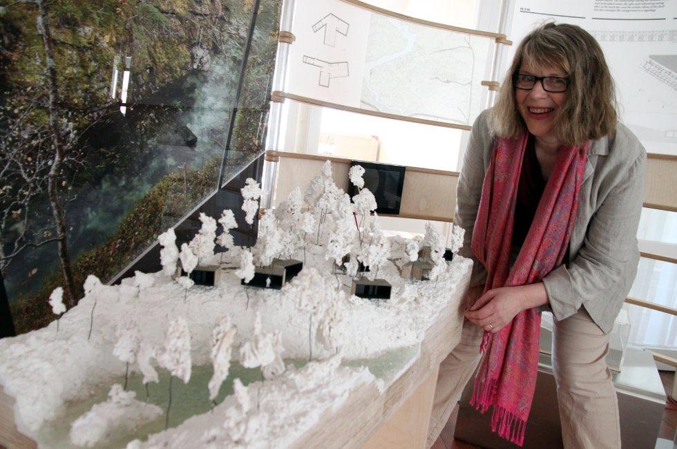 """- Lag hotell!: Vebjørg Hagene Thoe og Galleri 2 presentere Nasjonalmuseets utstilling """"Spor"""" om norsk arkitektur i gammelbanken på Leknes. Der kan skolelever få lage sitt forslag til hotell på Leknes."""