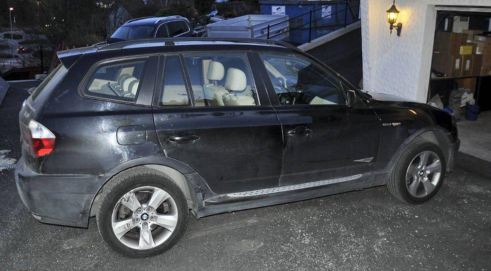 Bileieren ble truet ut av bilen sin her ved garasjen hjemme på Askøy mandag kveld.